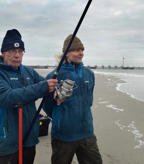 Rinus Verseput met 153 cm vis kampioen zeevissen op strand Westenschouwen