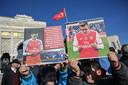Aanhangers van de Oeigoeren demonsteren in Istanbul en houden een plaquette van Özil omhoog.