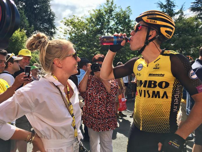 Wout van Aert na afloop van de etappe met zijn vrouw Sarah de Bie.