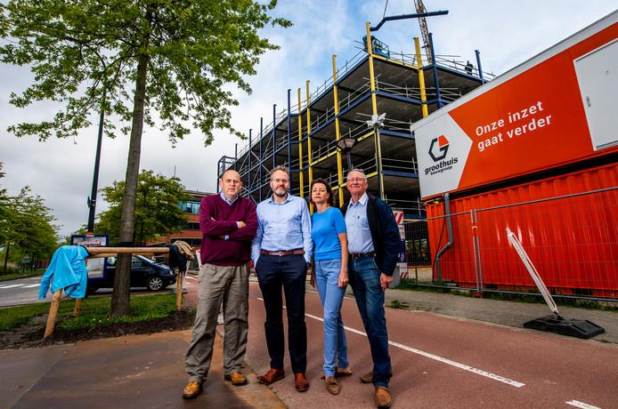 Van links naar rechts: Jasper Hooijkaas, Henk Bakker, Hanneke Zumker en George Westerbeek. Ze zijn een paar van de bewoners die in actie komen tegen de opslagloods van Allsafe die aan de Fascinatio Boulevard wordt gebouwd.