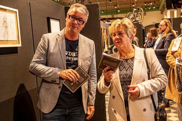 Auteur Stijn Vanderhaeghe en Franks moeder Chantal Vanruymbeke verkennen samen de expo.