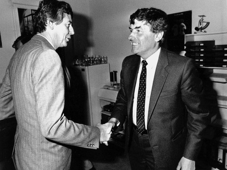 Premier Lubbers geeft FNV-voorzitter Wim Kok een hand. Beeld anp