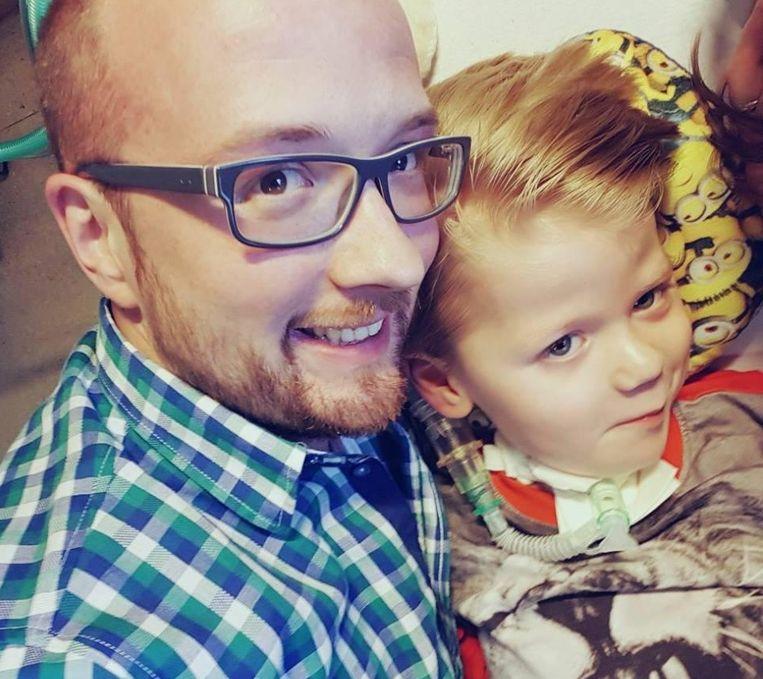 Geuko was vijf toen hij een schijnbaar onschuldige verkoudheid kreeg. Binnen twee dagen was de jongen (hier met vader Gert Jan) verlamd.