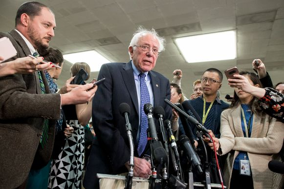 Onafhankelijk Senaatslid Bernie Sanders, die samen met de Republikein Mike Lee en de Democraat Chris Murphy de resolutie indiende, spreekt de pers toe.