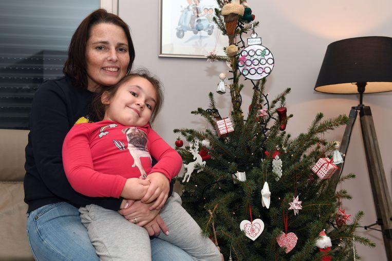 Valentina (6) en mama Debbie bij de kerstboom.
