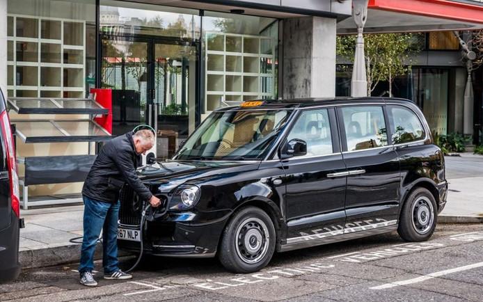 De taxi's kunnen worden opgeladen via elektrische laadpalen