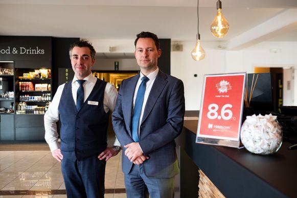 Kristof en Tom van Hotel Ter Elst met hun oorkonde in de lobby van het hotel.