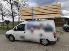 Auto met veel te veel hout van de weg gehaald: 'Onverantwoord'