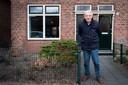 Henk Kuitert voor zijn ouderlijk huis aan de Pathmossingel
