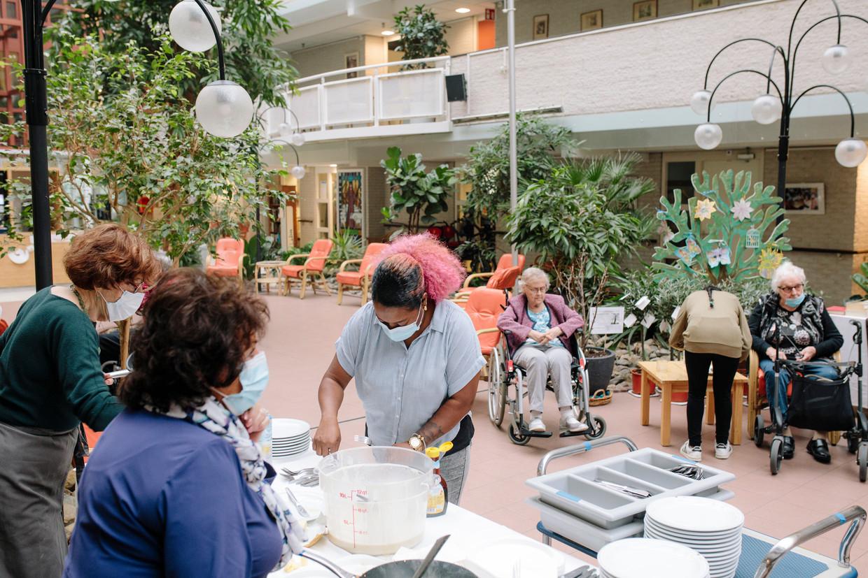 Zorginstelling Beth Shalom in Buitenveldert. De bewoners krijgen pannenkoeken.  Beeld Marc Driessen