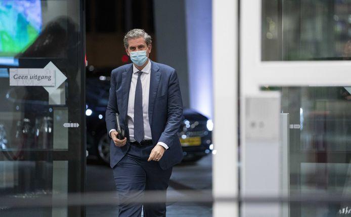 Burgemeester Wouter Kolff van Dordrecht arriveert voor het Veiligheidsberaad, maandagavond in Utrecht.