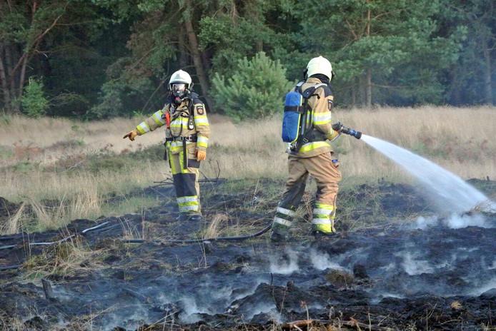 Door snelle inzet van de brandweer bleef de heidebrand zondagavond beperkt. Nog geen 24 uur eerder ging een veel groter perceel aan de Dalmsholterweg in vlammen op.