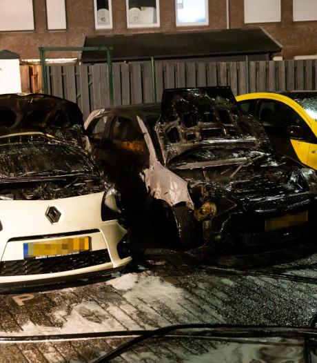 Auto's verwoest door brand in Roosendaal