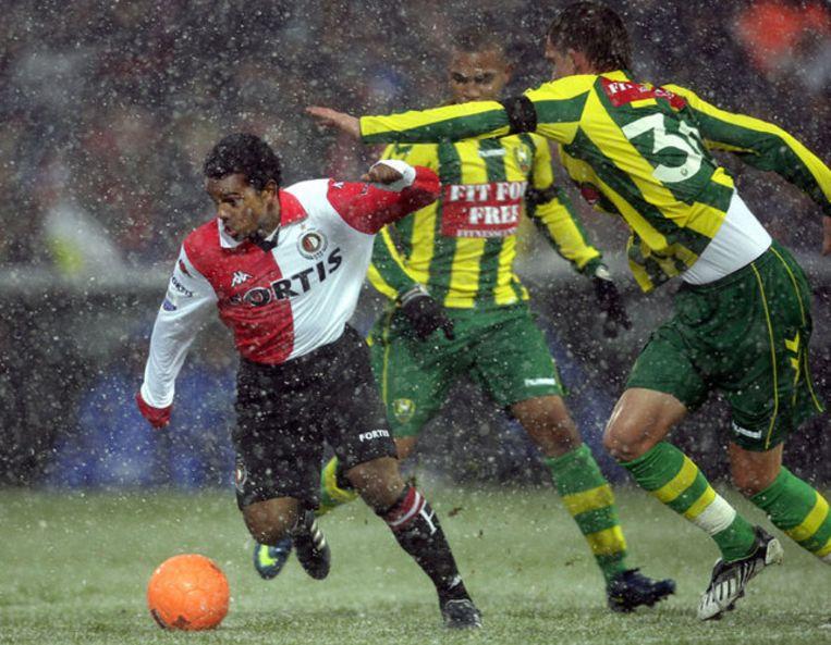 Feyenoorder Kermit Erasmus (links) in duel met Csaba Horvat. Foto ANP/Ed Oudenaarden Beeld