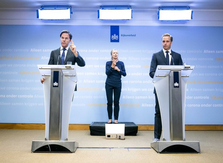 Premier Mark Rutte (L) en minister Hugo de Jonge van Volksgezondheid, Welzijn en Sport tijdens een persconferentie over de huidige stand van zaken omtrent corona in Nederland.  Beeld ANP