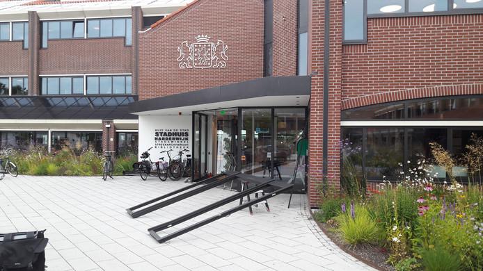 De ingang van het stadhuis van Harderwijk wordt voorzien van een nieuwe pui.