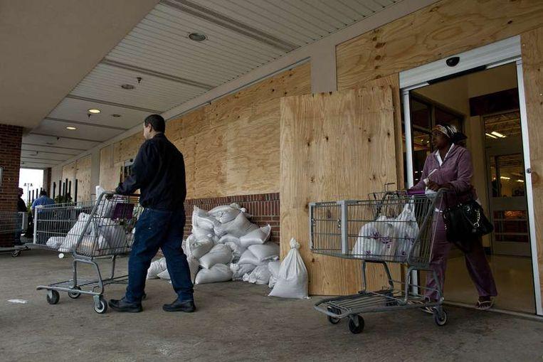 In de supermarkten worden extra voorraden aangekocht.