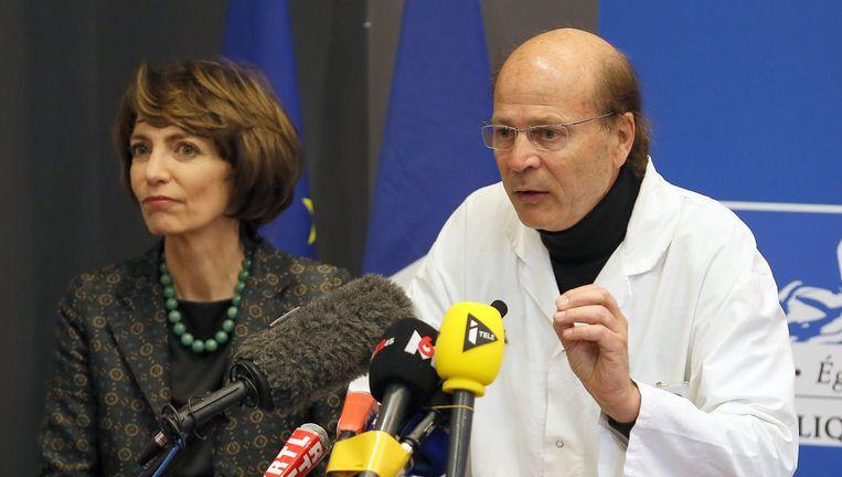 De Franse minister van Gezondheid Marisol Touraine en professor Gilless Edan, neuroloog in het ziekenhuis in Rennes. Beeld ap
