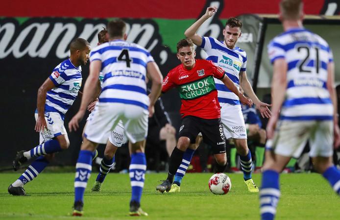 NEC-verdediger Bart van Rooij baant zich een weg door een mêlee van De Graafschap-spelers.