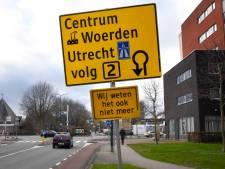 Ludieke actie over verkeerschaos in Woerden: 'Wij weten het ook niet meer'
