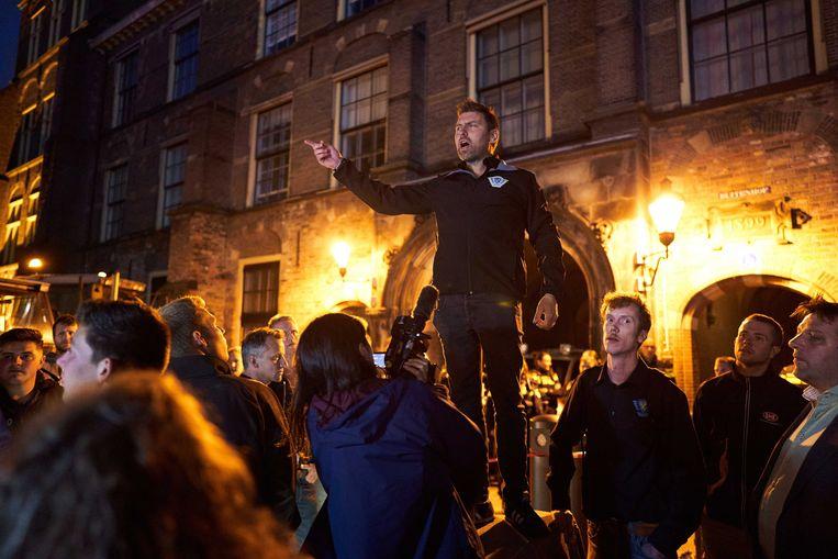 Mark van den Oever van Farmers Defence Force, donderdag bij het Binnenhof. De boerenprotestgroep protesteert tegen een voermaatregelen van minister Carola Schouten (Landbouw), waar in de Tweede Kamer over gedebatteerd wordt.  Beeld ANP