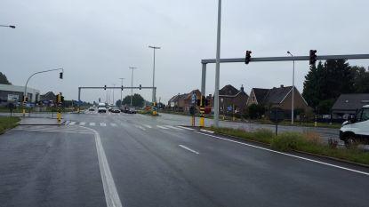 Nieuwe asfaltlaag voor N42 tussen Vosken en brug over Spelaanstraat