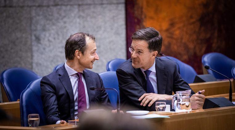 Tweede Kamerdebat over dividendbelasting. Premier Mark Rutte en Minister Eric Wiebes van Economische Zaken en Klimaat (VVD) overleggen tijdens Kamerdebat over dividendbelasting, 16 maart.  Beeld Martijn Beekman