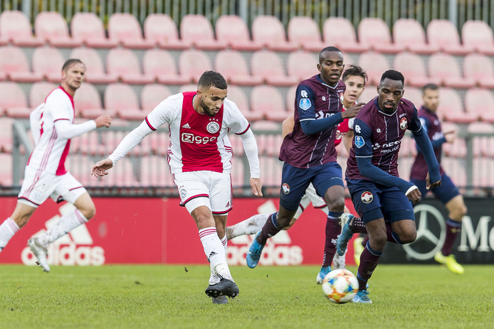 Zakaria Labyad (Ajax) speelt de bal, Elton Kabangu (Willem II) kijkt toe.