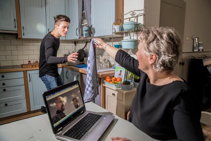 Joris krijgt thuis in de keuken een theedoek toegeworpen door zijn moeder. Want de afwas doen ze met de hand.