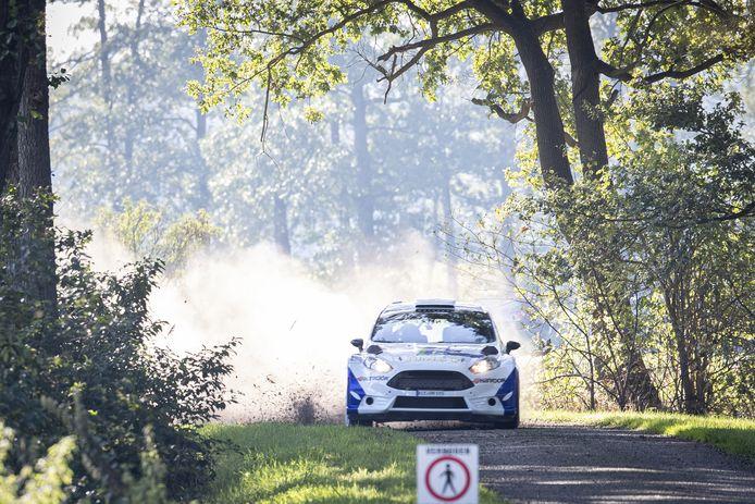 De Ford Fiësta RC2 van Jasper van den Heuvel en Lisette Bakker is zaterdagmiddag op weg naar de zege van de 38ste Eurol Hellendoorn Rally.