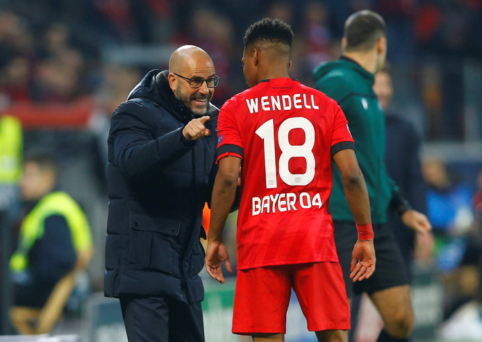 Peter Bosz geeft instructies aan Wendell tijdens het duel met Atlético Madrid.