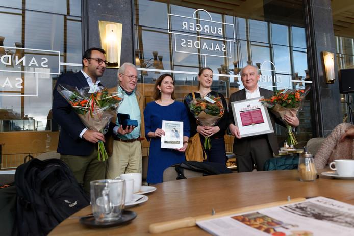 De Van Abbeprijs is uitgereikt aan de betrokken instanties bij de renovatie van het rijksmonumentale station in Eindhoven: (vlnr) wethouder Yasin Torunoglu, Marc van Abbe (vice-voorzitter Van Abbestichting),  Wendy de Wild (Prorail), Stefanie Weser (TAK architecten) en Peter Slangen (NS).