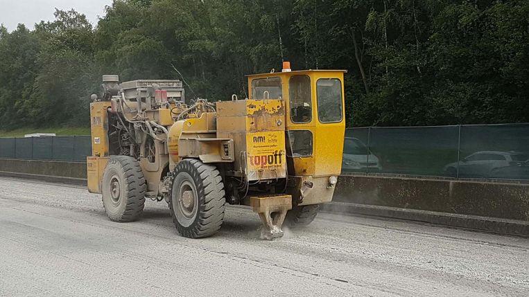 De Amerikaanse machine trilt zodanig hard dat het gewapend beton in kleine stukken afbrokkelt, maar maakt dus ook danig veel lawaai. Gelukkig voor de omwonenden zitten de werken met deze machines er al op.
