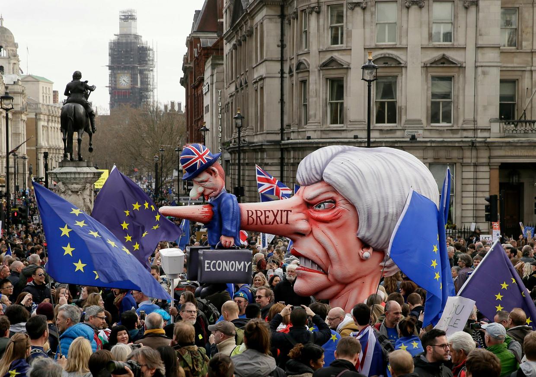 Anti-May en Anti-Brexit-uitingen zaterdag tijdens de demonstratie in Londen. Beeld null