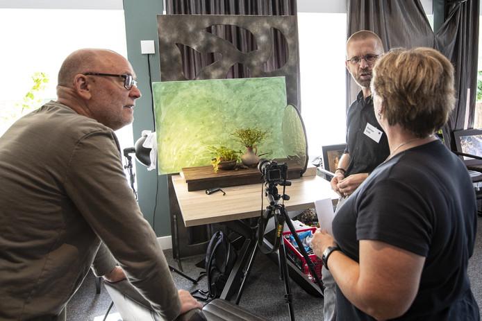 De Fotoclub Wierden hield zaterdag een open dag, waar de bezoekers allerlei tips kregen om betere foto''s te maken.