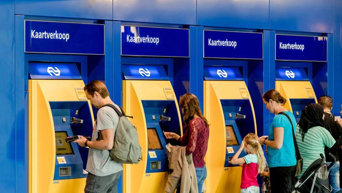 De kaartautomaten worden voor veel reizigers overbodig nu NS maandelijks en achteraf een rekening stuurt voor alle reizen in het openbaar vervoer.