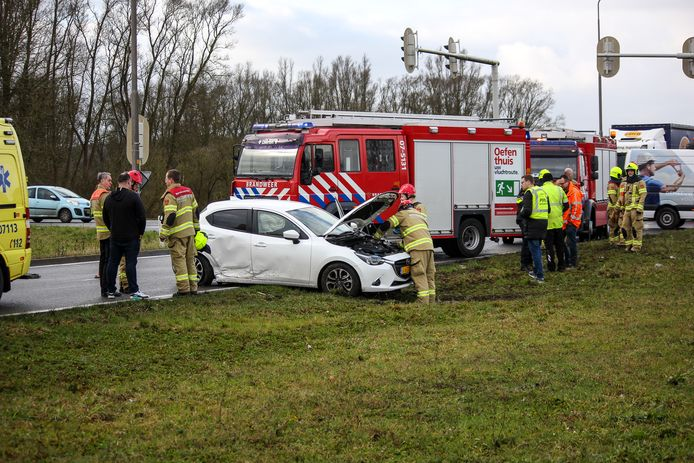Bij het ongeluk aan de Ellecomsedijk in Dieren raakte niemand gewond. Wel raakten de twee betrokken auto's beschadigd.