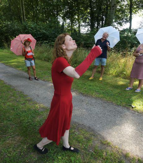 Hittewandeling met vrouw in rood door Heemtuin in Geldermalsen