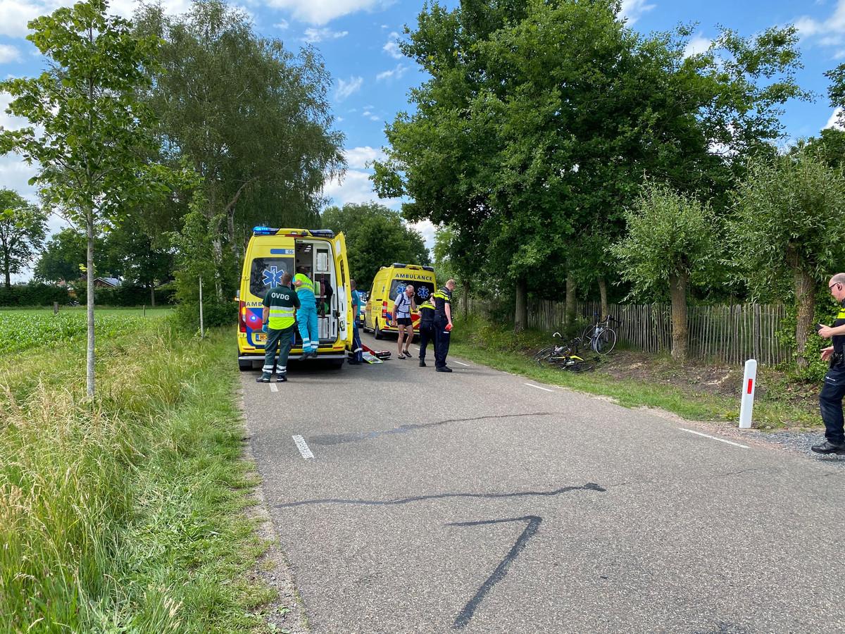 Hulpdiensten zijn ter plaatse op de Kolmansweg in Nunspeet waar een wielrenner gewond op het wegdek lag. Andere fietsers en wielrenners die hem zagen liggen, assisteerden daarbij.