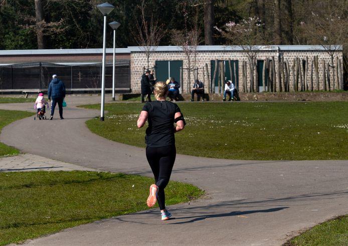 Er wordt door veel mensen gesport in het Warandepark in Helmond.