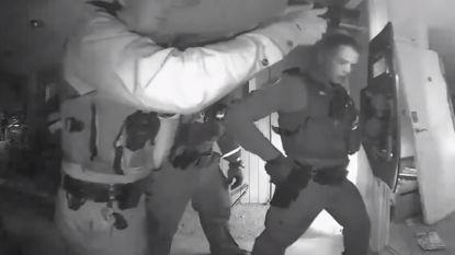 VIDEO. Amerikaanse agenten beuken met geweld deur in om ongevaccineerd kindje met hoge koorts naar spoed te brengen