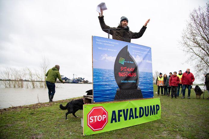 Protest tegen de stort van granuliet in Over de Maas in het Land van Maas en Waal, eerder dit jaar.