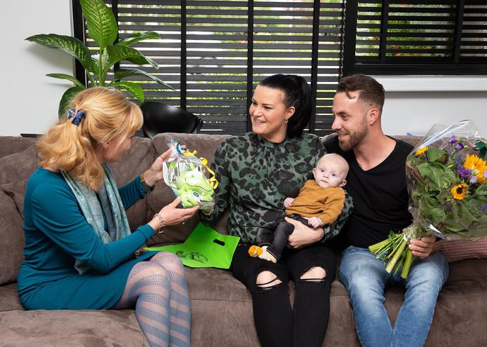 Wethouder Corine Verver reikt de eerste 'Knuffel-Ert' uit aan  Riccardo Asciutto en Esmee Houtbraken, de trotse ouders van zoon Jayce.