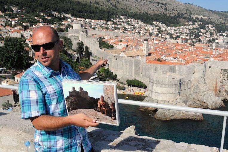 Gids Tomislav Matana wijst aan waar Pentos ligt, achter de oude stad van Dubrovnik. Beeld Haroon Ali