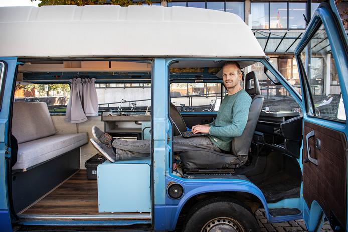 """Jasper Lesuis in zijn Volkswagenbusje voor het gebouw van StartUp Nijmegen. ,,Op een zolderkamer had ik dit nooit bereikt."""""""