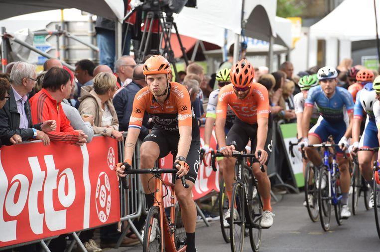 Lars Boom (links) rijdt zijn laatste World Tour-wedstrijd voor Roompot. Beeld BSR Agency