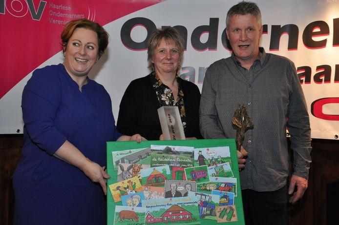 Wethouder Margreet Overmeen-Bakhuis reikte de ondernemersprijs uit aan Judith en André Langkamp  van De Heidebloem Recreatie.