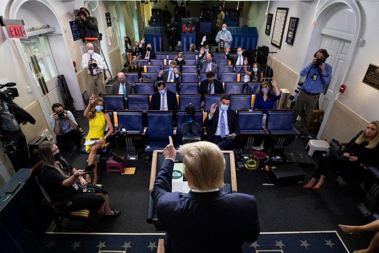 Trump tijdens een vragenuurtje met de pers. Veel poststemmen vanwege corona kunnen voor problemen zorgen in november. Beeld AP
