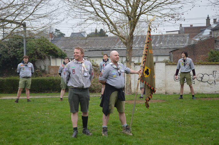 De (oud)scouts herdenken hun overleden vriend Patrick.