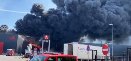 Zeer grote brand bij Van der Heijden Transport in Hapert laait weer op, enorme vuurzee te zien